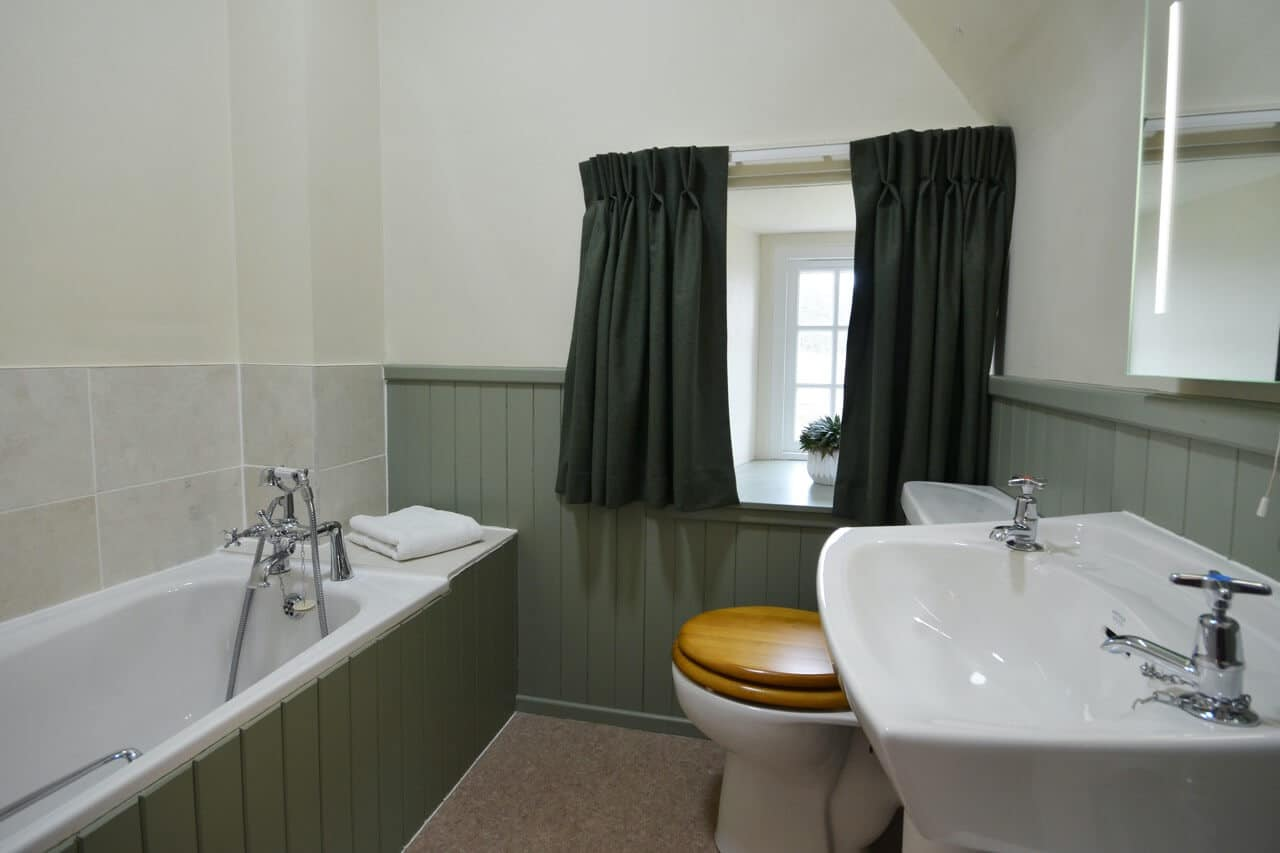 Bathroom The Old Granary - Dunrobin Holiday Cottages, Caithness